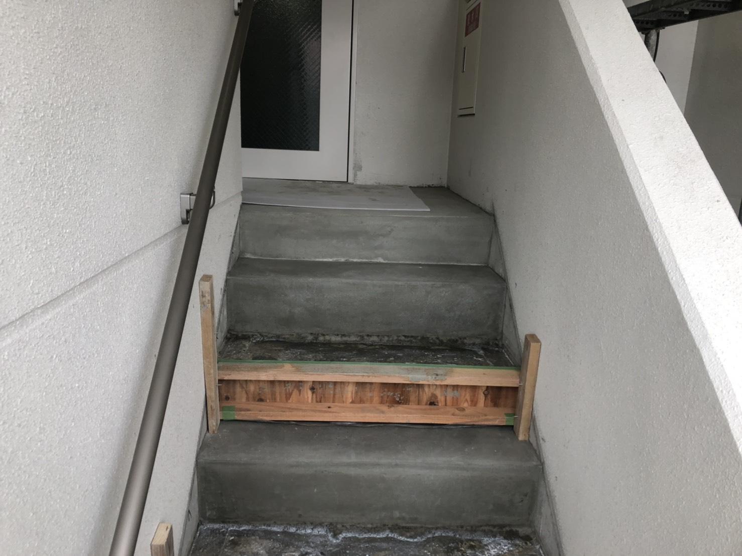 マンション階段のモルタル塗り